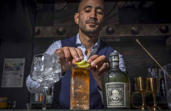 bartender le barrage cocktails